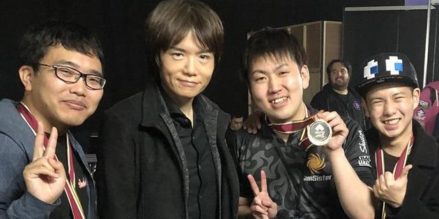 Newsbild zu EVO Japan 2020: Überraschungsgast Masahiro Sakurai überreicht dem Sieger Pro Controller mit goldenem Smash Bros.-Logo