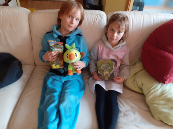 Kids mit dem Gewinn des PokemonSpiels